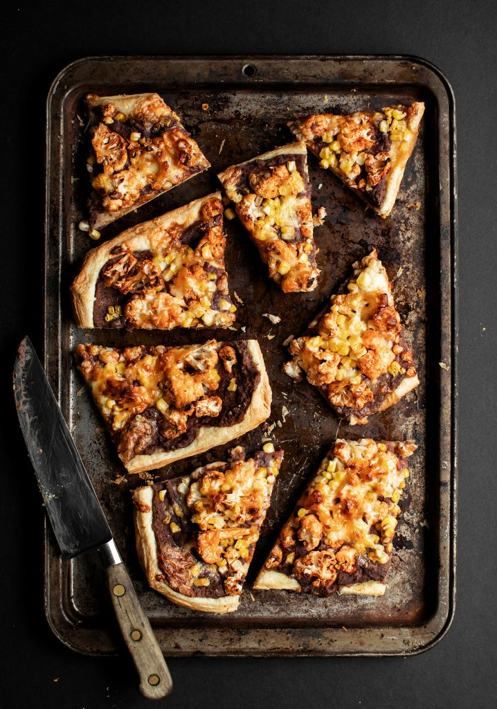 Tarte fine aux haricots noirs, chou-fleur barbecue & cheddar