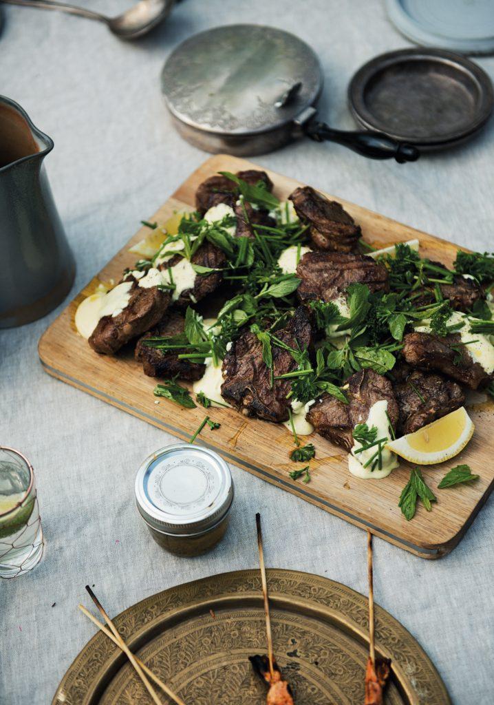 Côtelettes d'agneau grillées, herbes fraîches & sauce au yogourt et au cari