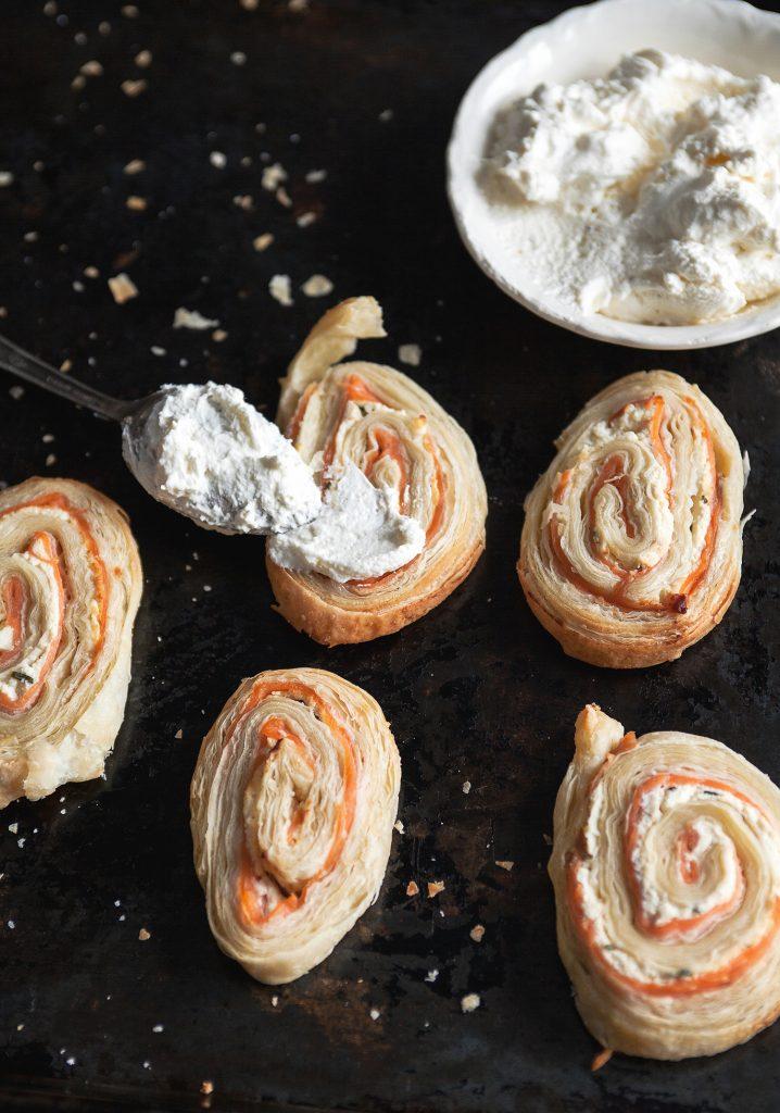 Feuilletés de saumon fumé & crème fouettée au citron