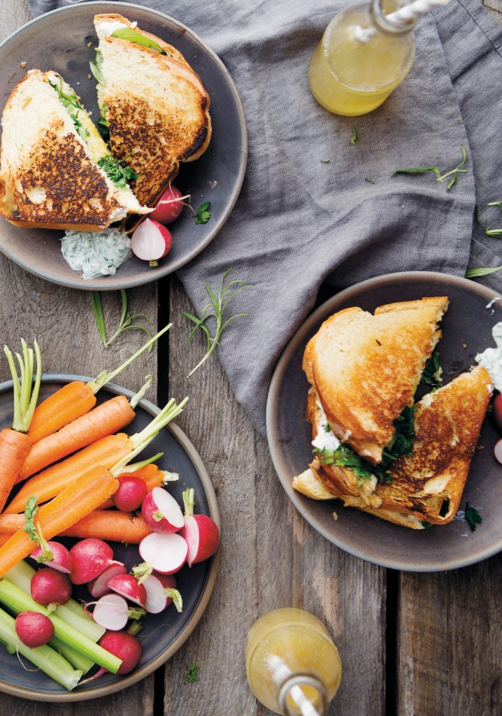 Grilled cheese aux herbes fraîches & au cheddar