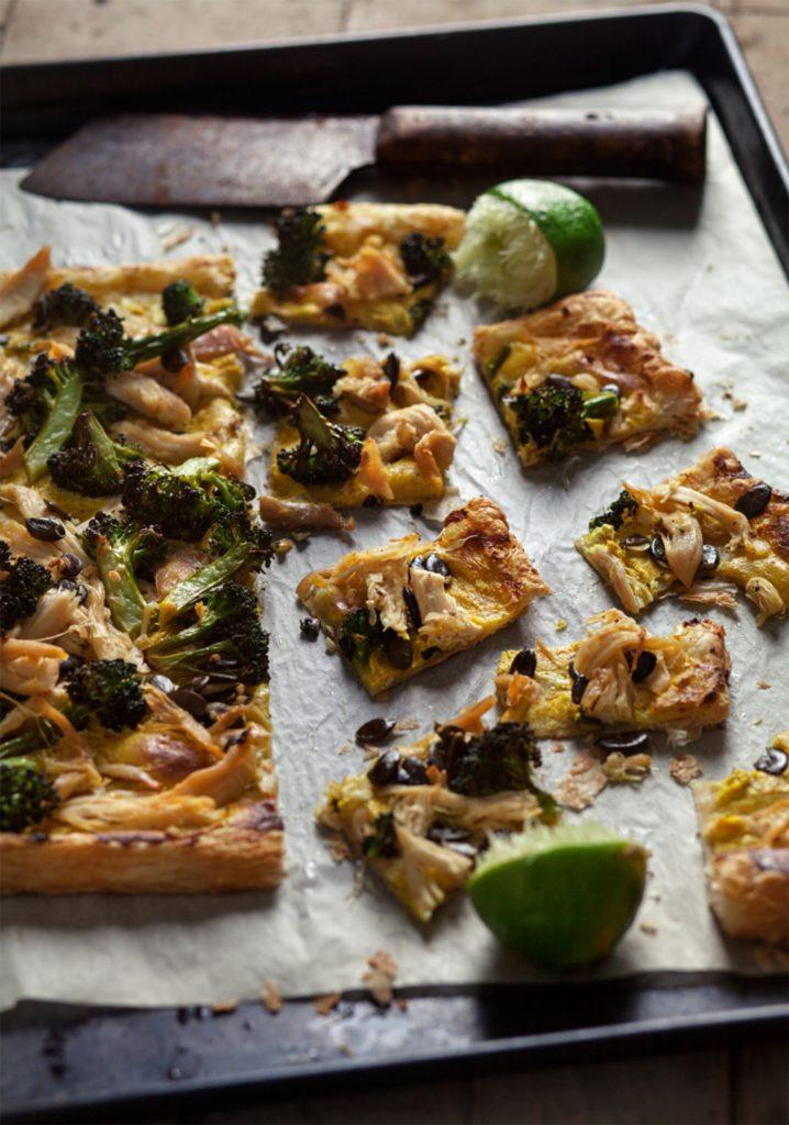 Tarte fine à la tartinade de fromage au cari, poulet & légumes