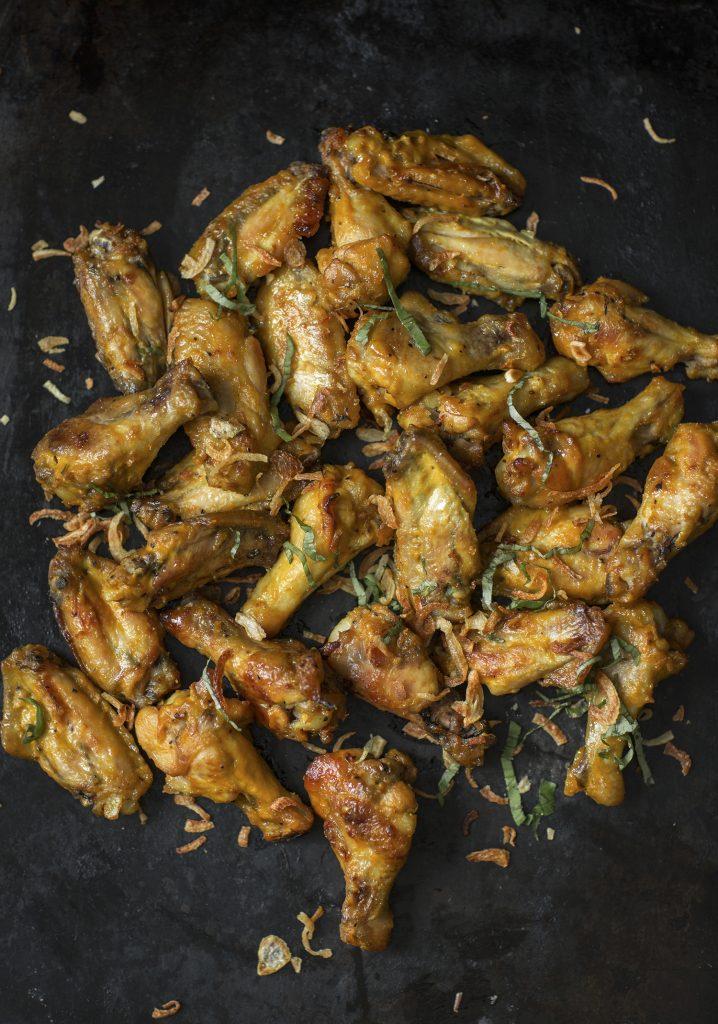 Ailes de poulet à la moutarde & crumble d'oignons frits