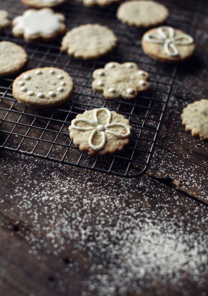 Biscuits au beurre, aux noisettes & glaçage blanc