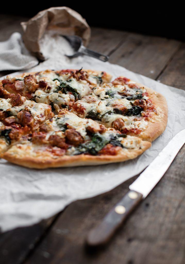 Pizza aux saucisses, bacon, chèvre & sauce aux tomates séchées sans cuisson