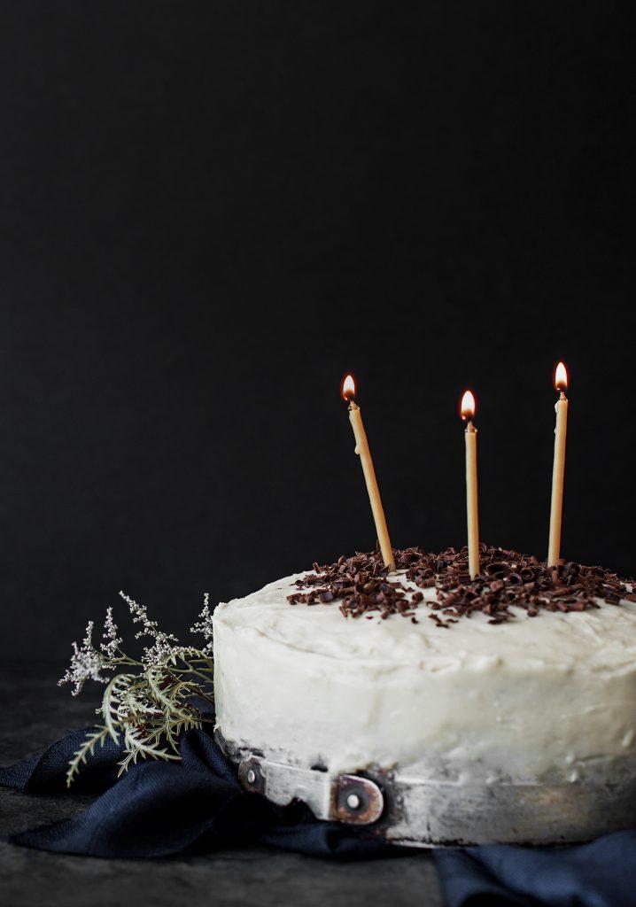 Gâteau au chocolat noir & glaçage à la guimauve