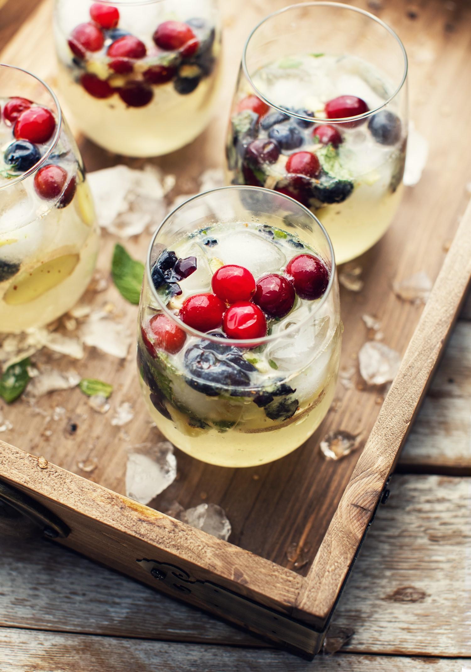 Sangria blanche aux petits fruits, gingembre & menthe