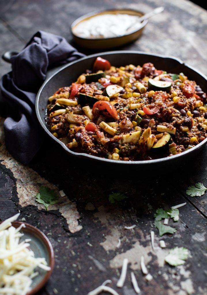 Chili végétarien, quinoa & crème sure au chipotle