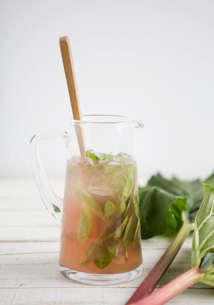 Thé vert glacé à la rhubarbe & au basilic