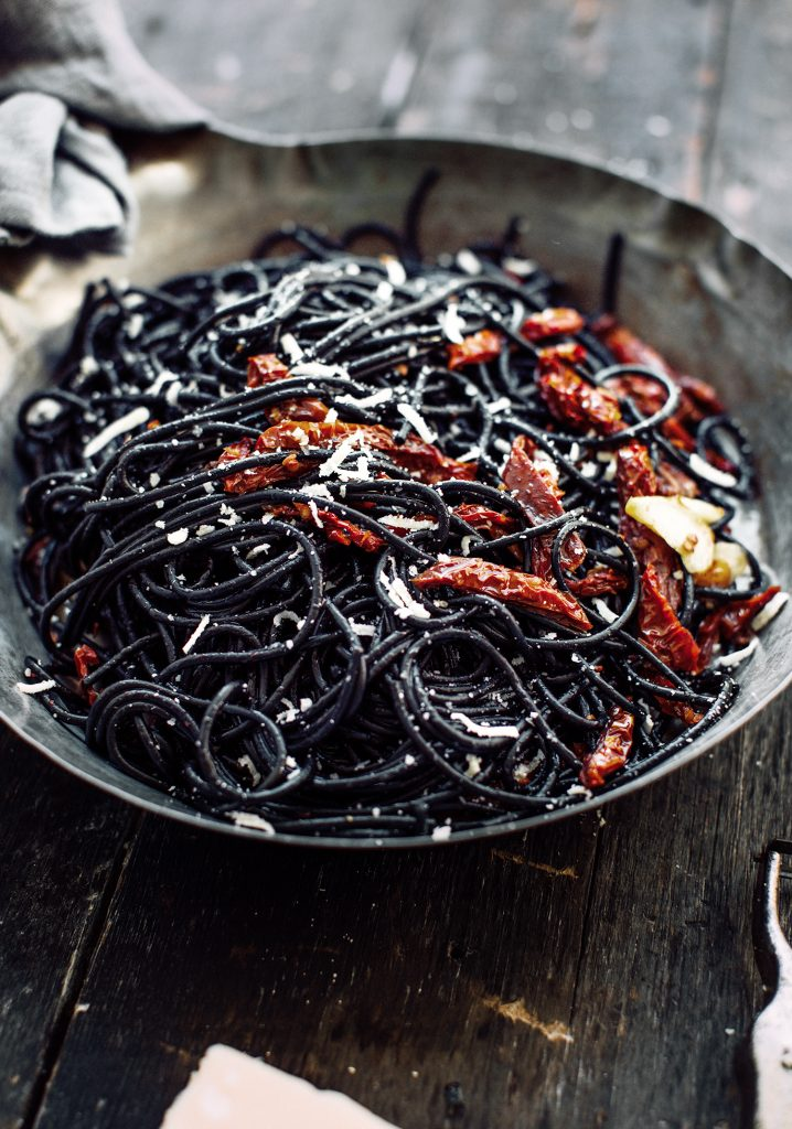 Cheveux de sorcière aux tomates (spaghetti à l'encre de seiche, à l'ail & aux tomates séchées)