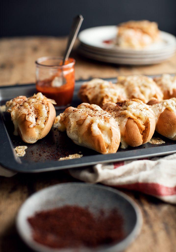 Hot-dogs gratinés aux pois chiches & aux oignons caramélisés