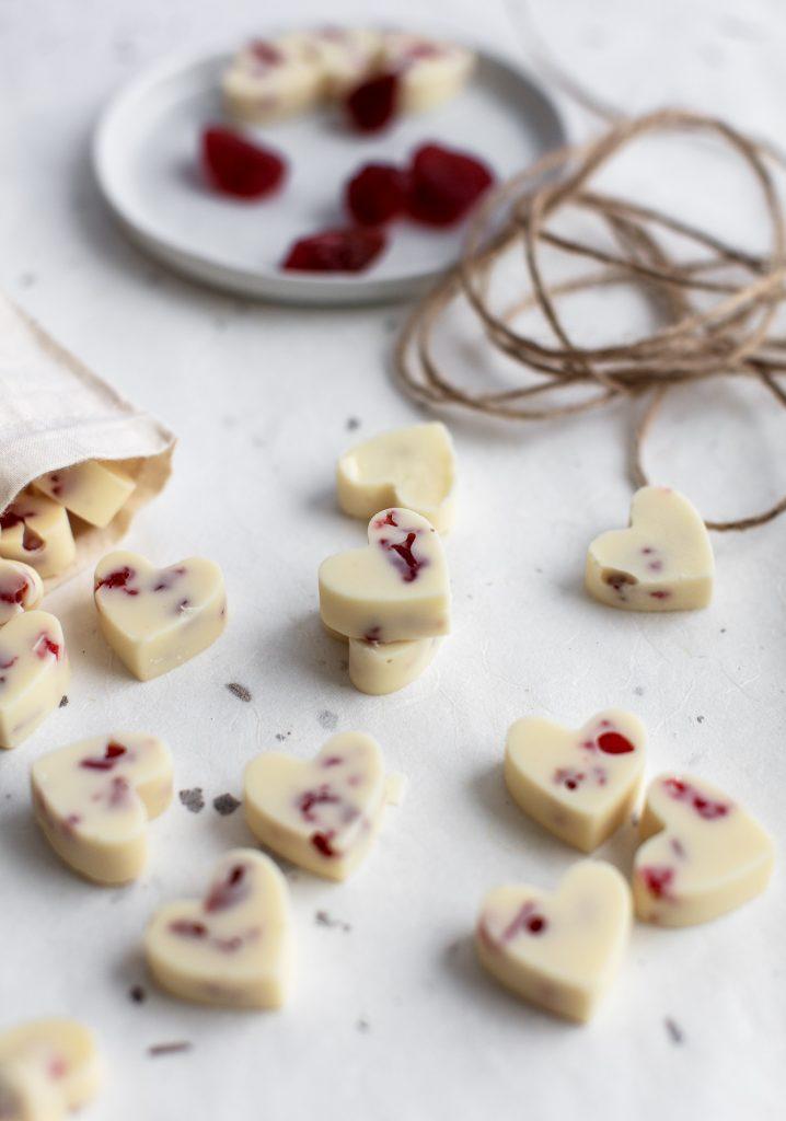 Cœurs de chocolat blanc et fraises