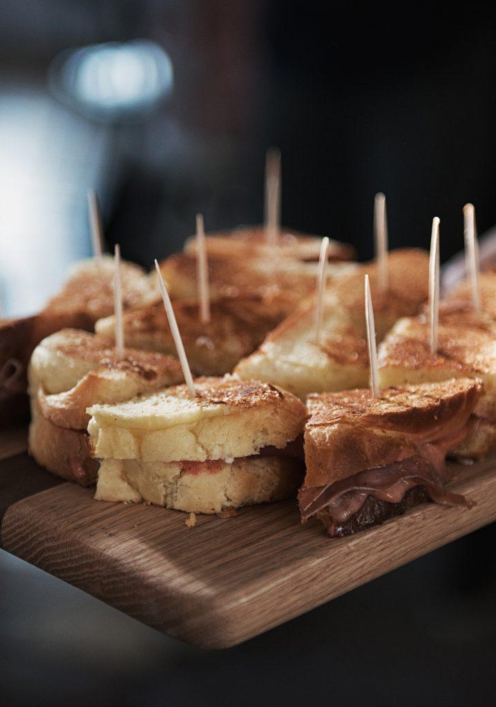 Grilled-cheese au fromage de chèvre, au prosciutto & au beurre de fraises et abricots