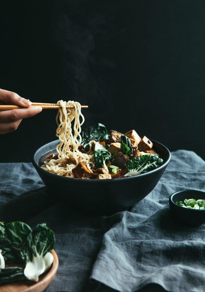 Sauté de tofu fumé aux légumes sur nouilles ramen