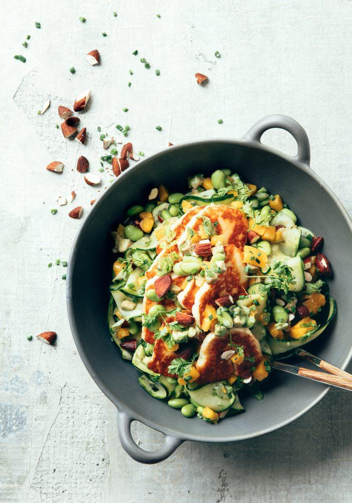 Salade de courgettes, fromage grillé & salsa à la mangue et à l'avocat