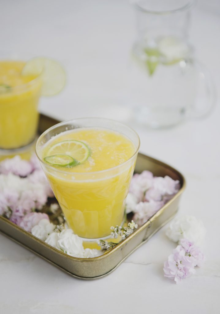 Mocktail à la purée de mangue, au gingembre & à la lime