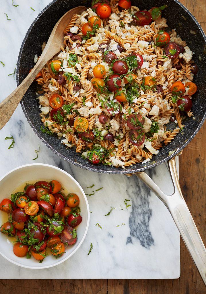 Fusilli au poulet haché, aux olives Kalamata, au féta & aux tomates fraîches