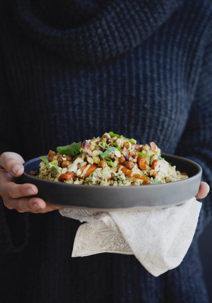 Salade tiède de quinoa, de carottes et de pois chiches caramélisés & vinaigrette au cari