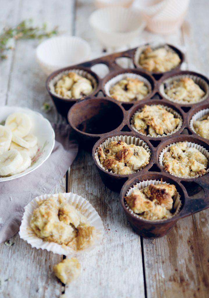 Petits poudings au pain, à la noix de coco et aux bananes