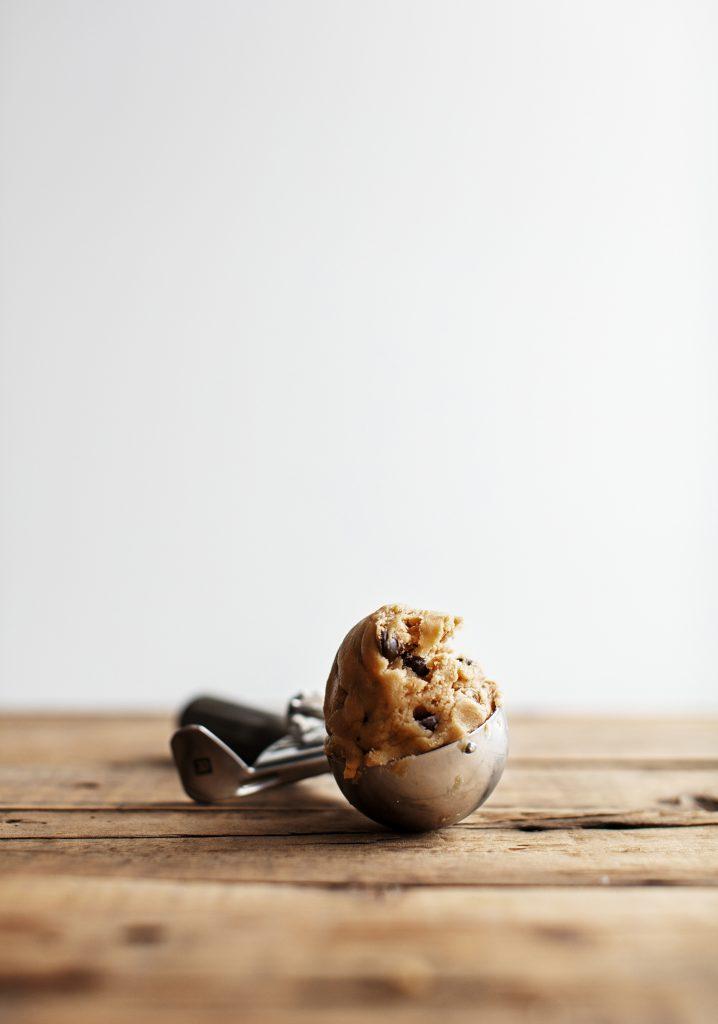 Boules de pâte à biscuits aux raisins dorés & chocolat noir
