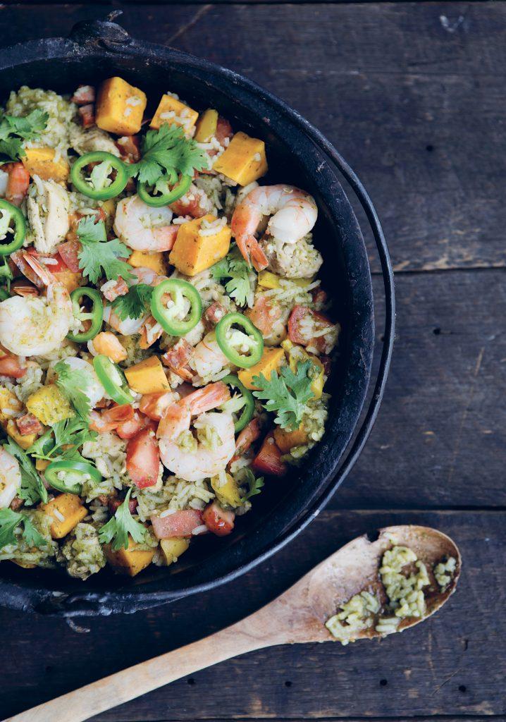 Casserole de riz vert aux crevettes, poulet, chorizo & légumes