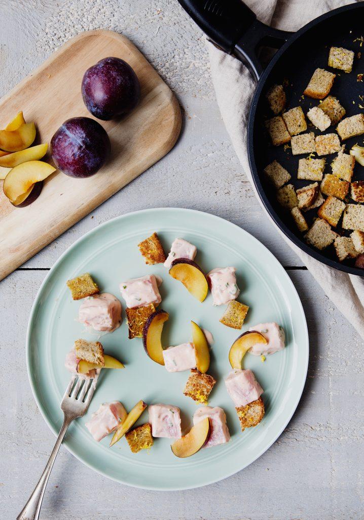Tartare de thon et prunes & croûtons de pain au sarrasin