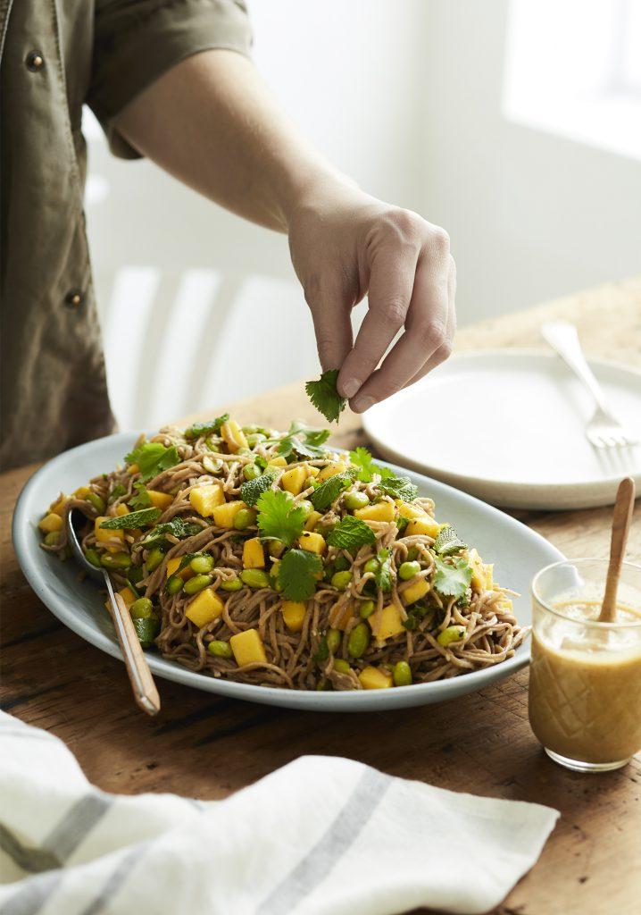 Salade de pâtes soba aux edamames et à la mangue & vinaigrette à l'aubergine