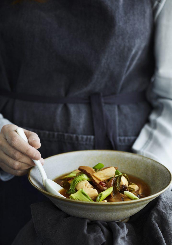 Soupe aigre et piquante au tofu, aux shiitakes & aux pousses de bambou