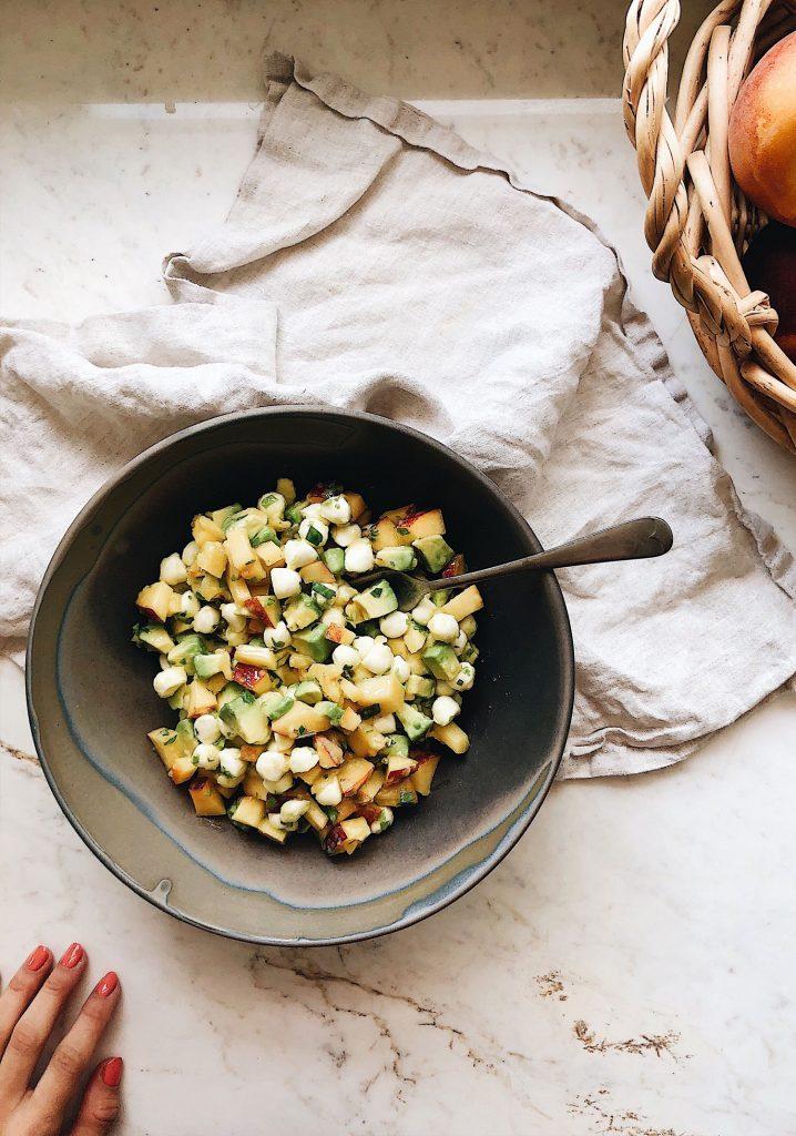 Salade de mini bocconcini, pêches, avocat & menthe