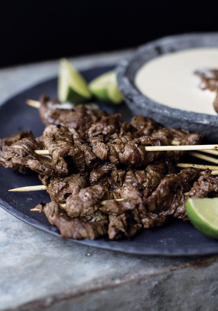 Brochettes de bœuf cajuns & sauce barbecue blanche