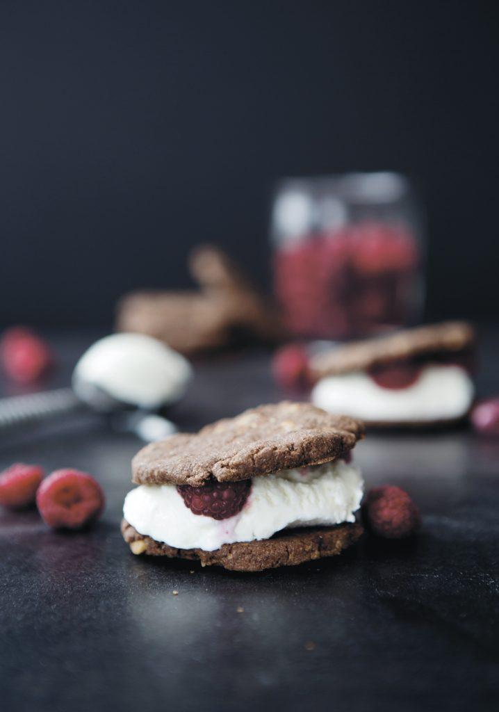 Sandwichs à la crème glacée minute au chocolat & aux framboises