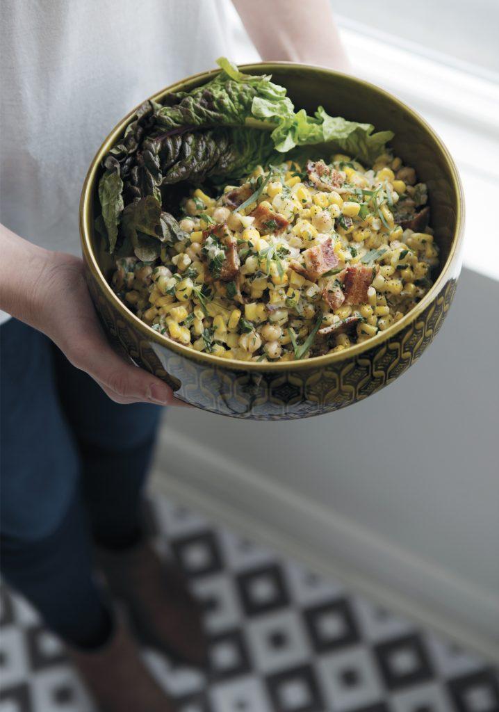 Salade de maïs crémeuse aux pois chiches, au bacon et à l'estragon