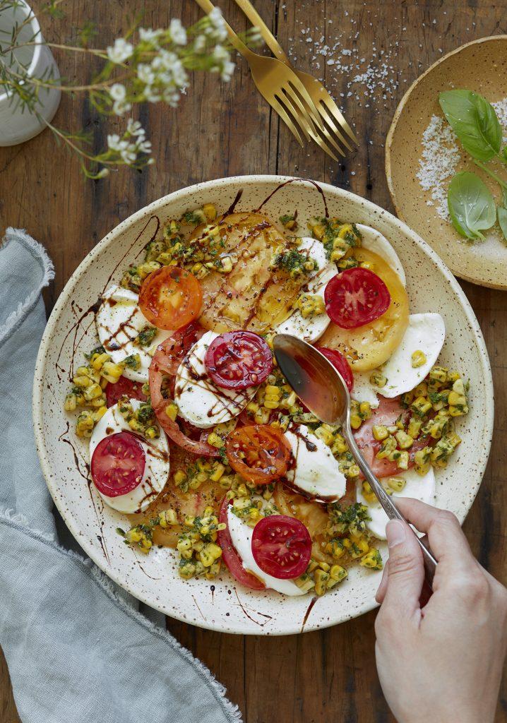 Assiette de tomates, maïs, mozzarella & réduction balsamique à l'érable