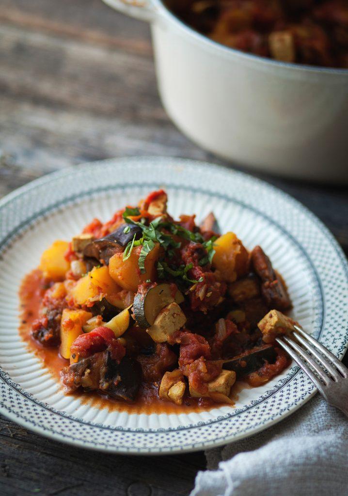 Ratatouille à la courge poivrée, aubergine & tofu