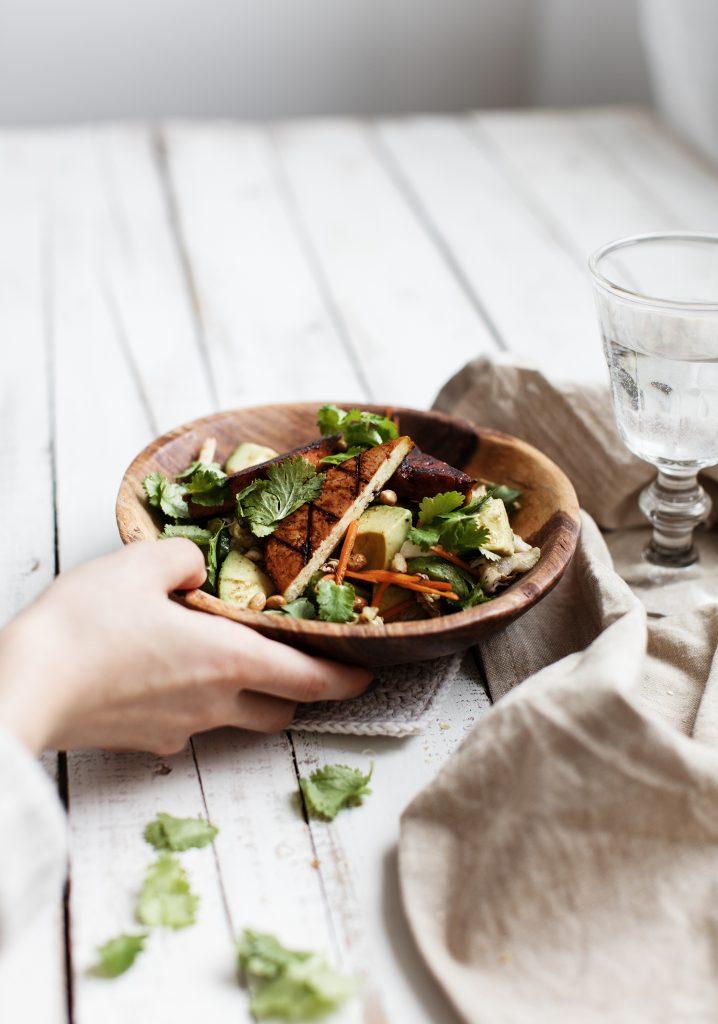 Salade de légumes, tofu au barbecue & sauce au balsamique