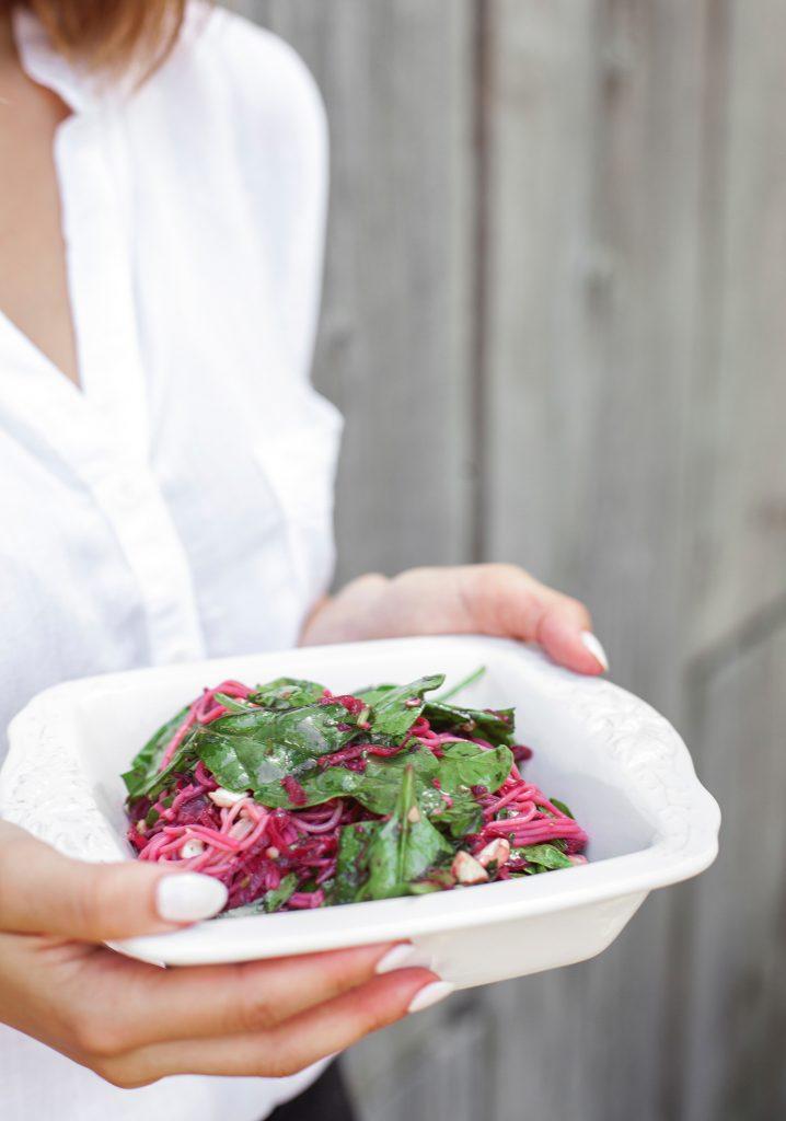 Salade de nouilles soba, betteraves & sauce chimichurri