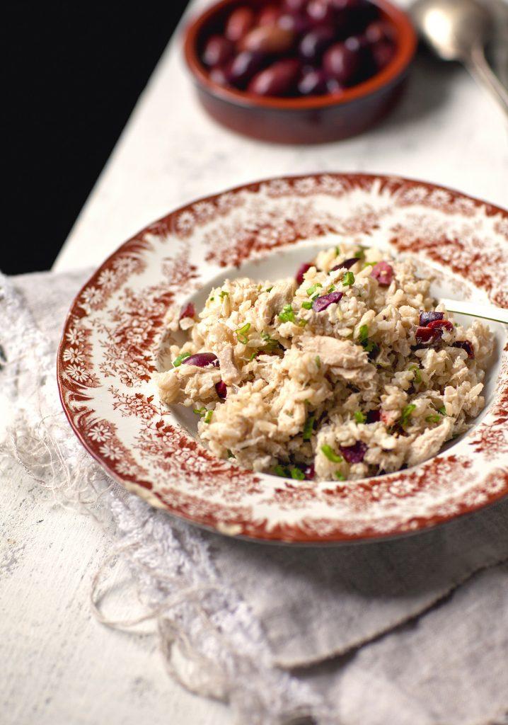 Salade de riz brun au thon & olives noires