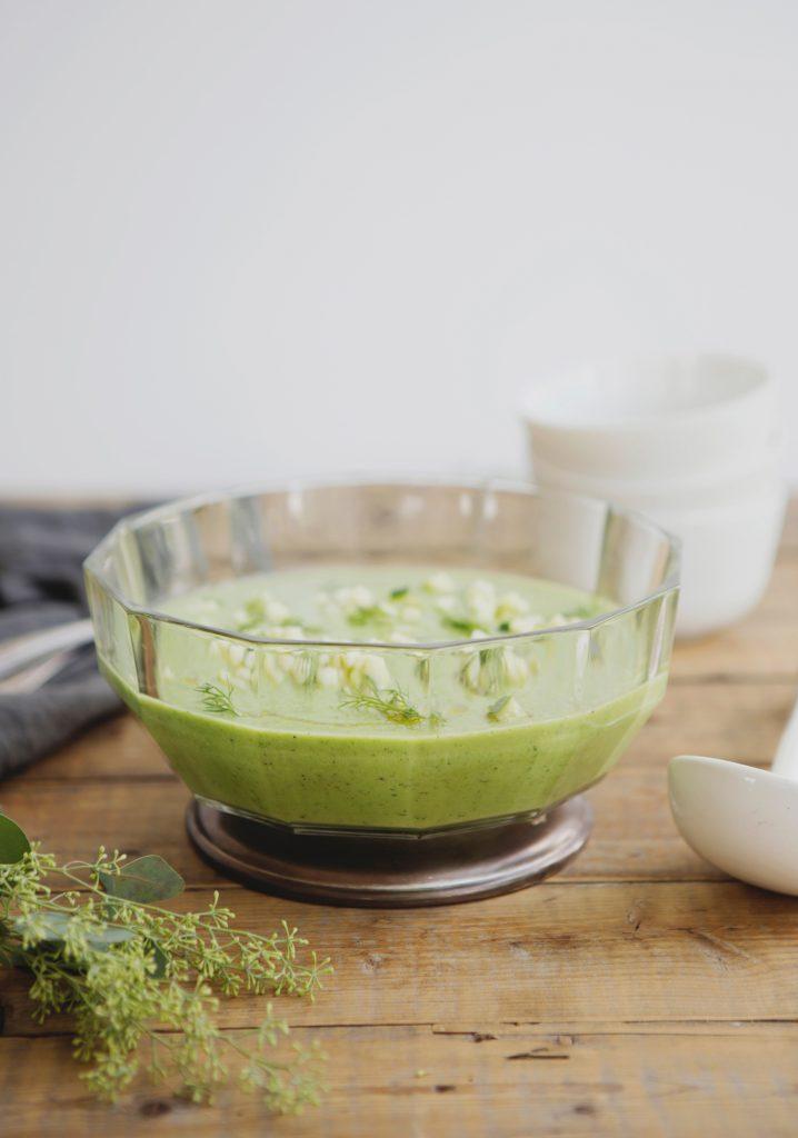Soupe fraîche de concombre, pomme verte, avocat & herbes du jardin