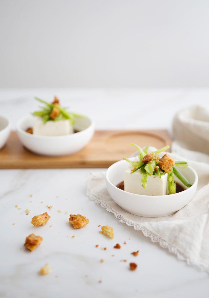 Tofu soyeux froid, marinade asiatique & salade de pois mange-tout