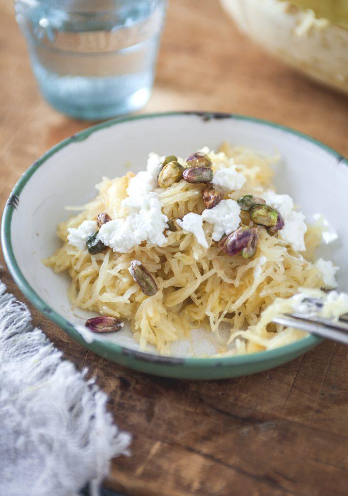 Courge spaghetti au beurre de sauge, chèvre et pistaches à l'érable