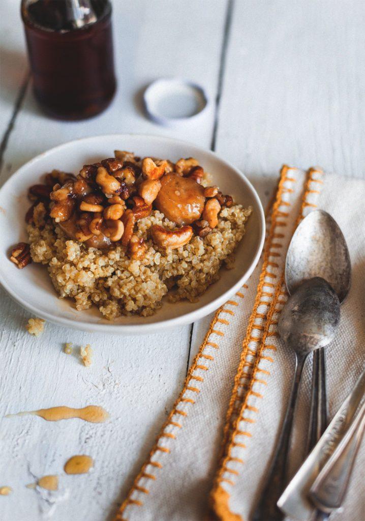 Gruau de quinoa et garniture de noix & bananes caramélisées