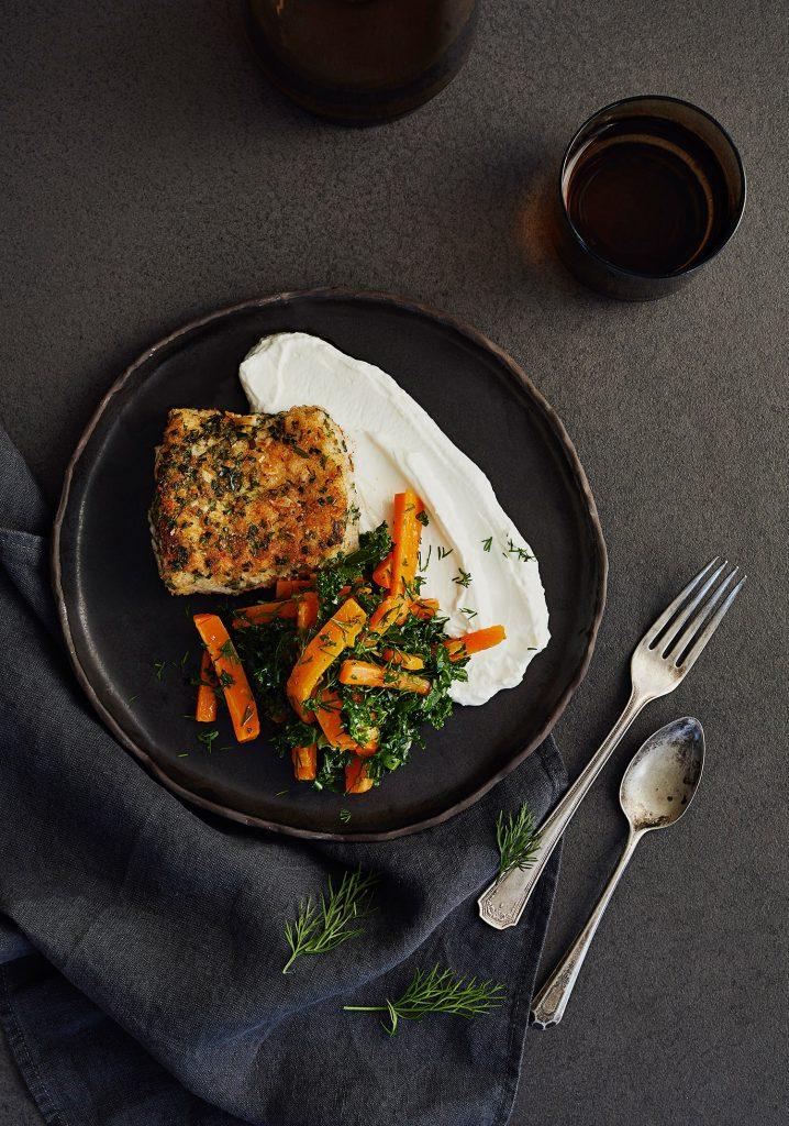 Morue panée aux herbes & salade de carottes sur lit de yogourt Skyr