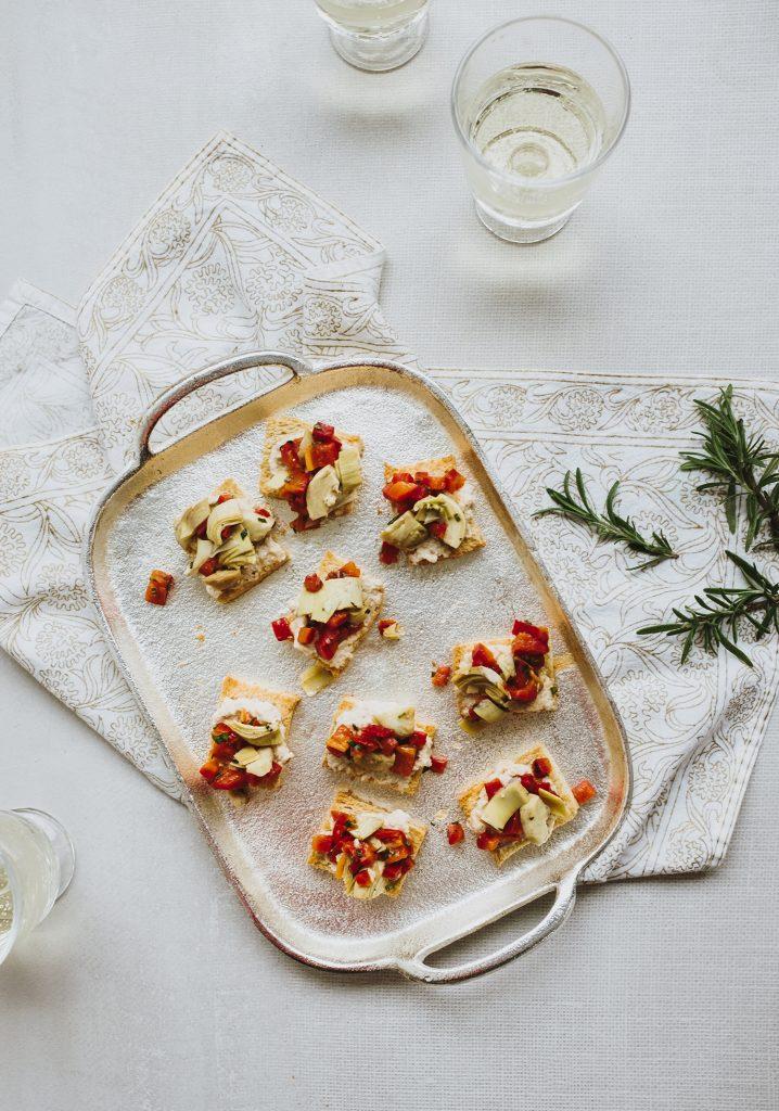 Canapés de pain à la ricotta de noix de cajou, aux poivrons & aux artichauts