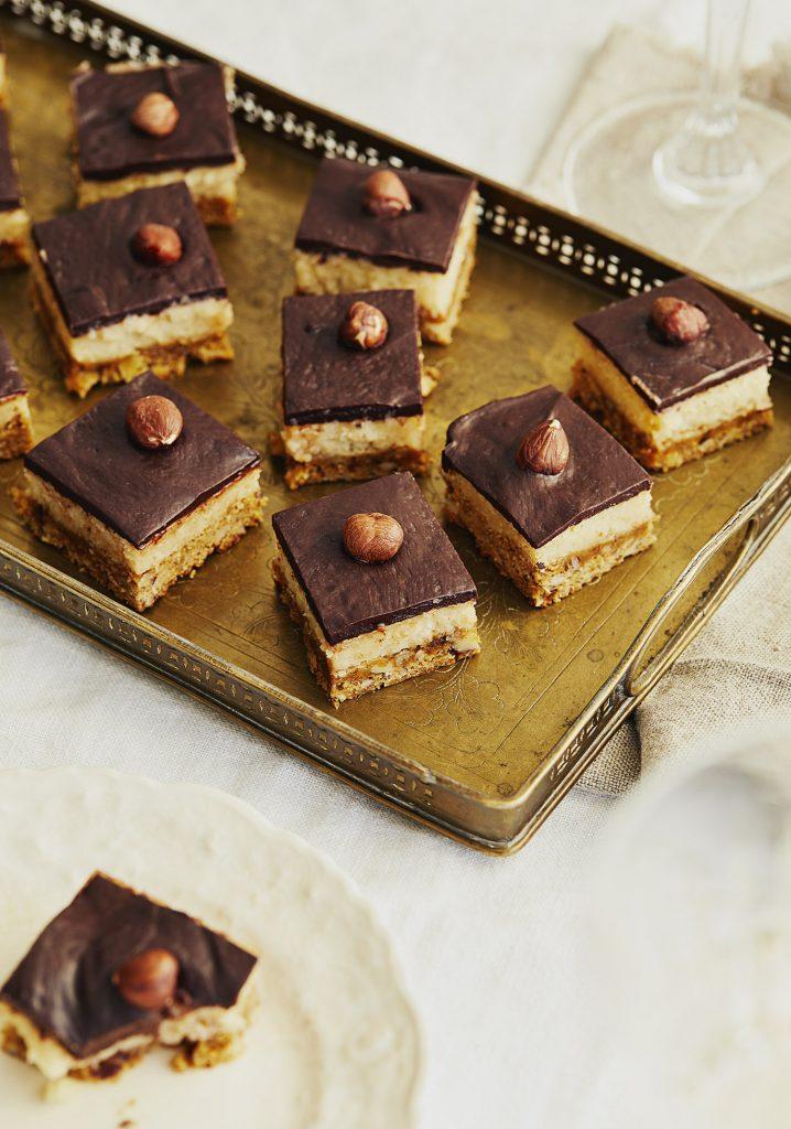 Carrés au caramel, au chocolat & aux noisettes