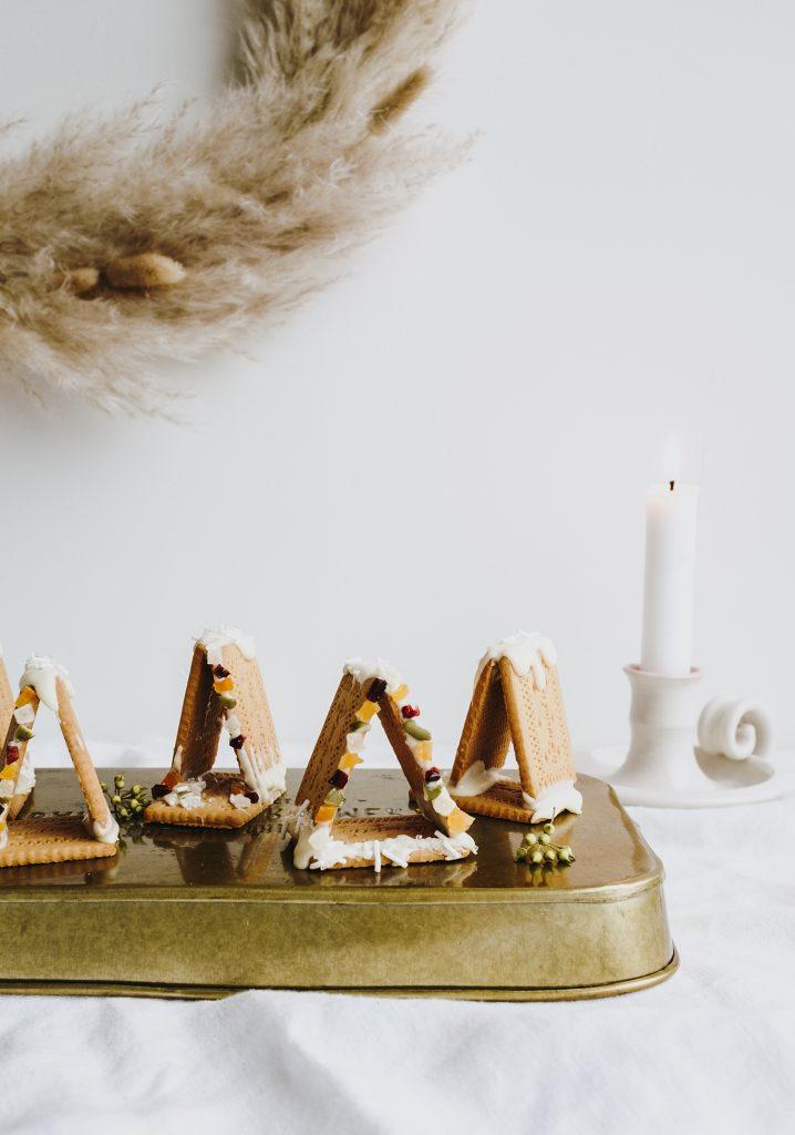 Petites maisons de Noël aux biscuits, chocolat blanc & fruits séchés