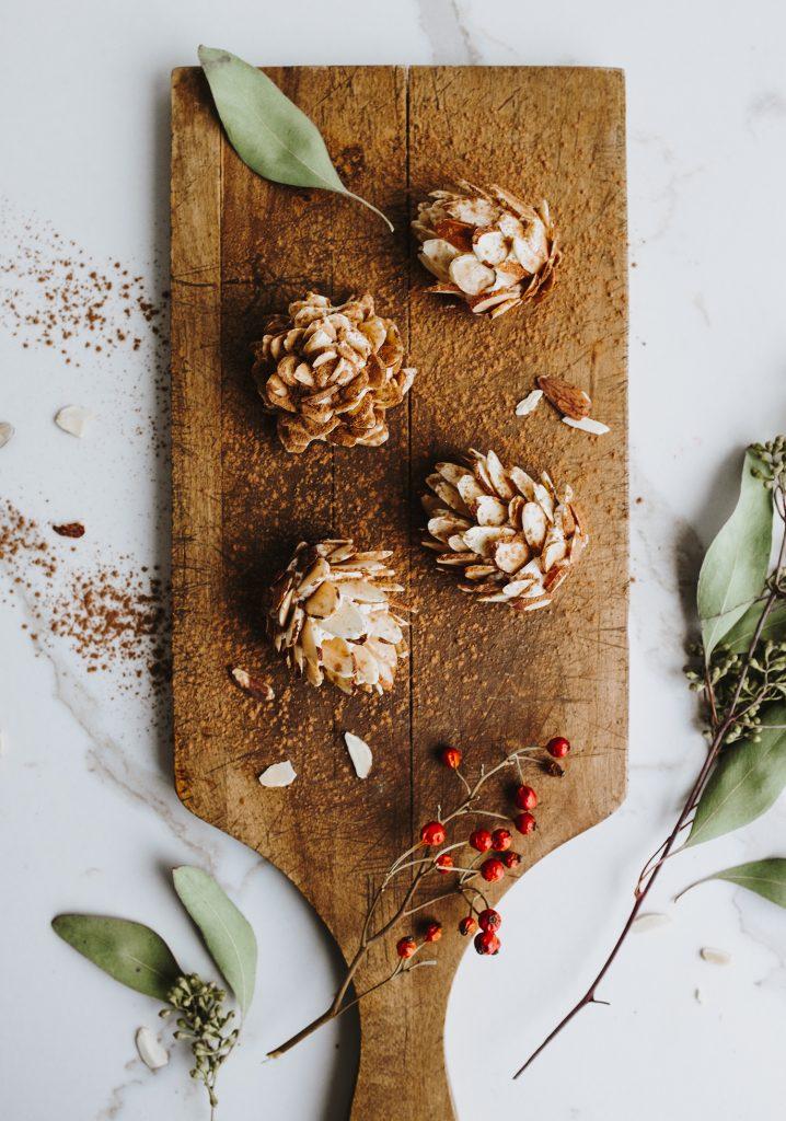 Cocottes de pin au fromage de chèvre, au miel & aux amandes