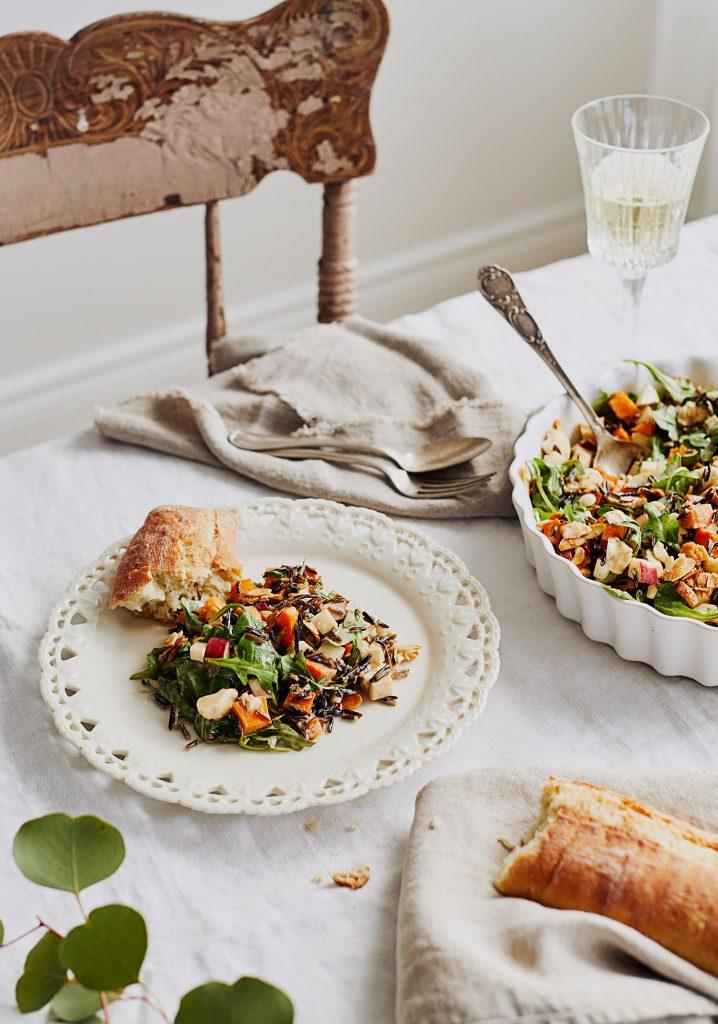 Salade crémeuse aux patates douces, au riz sauvage, au fromage en grains & aux pommes