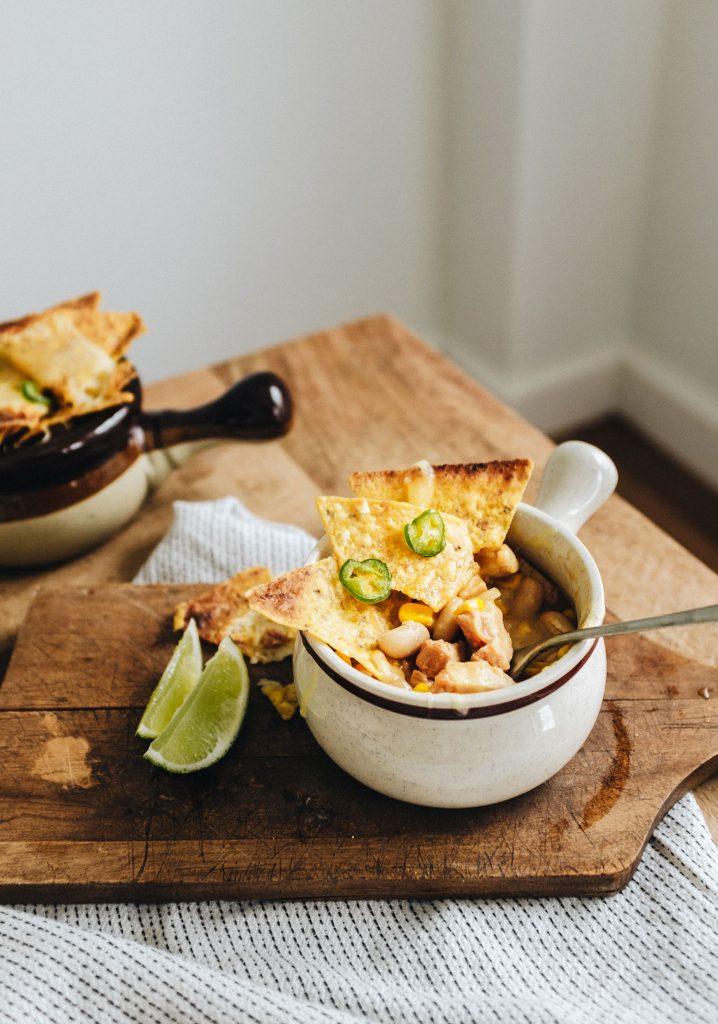 Chili de poulet, maïs, haricots blancs & nachos gratiné