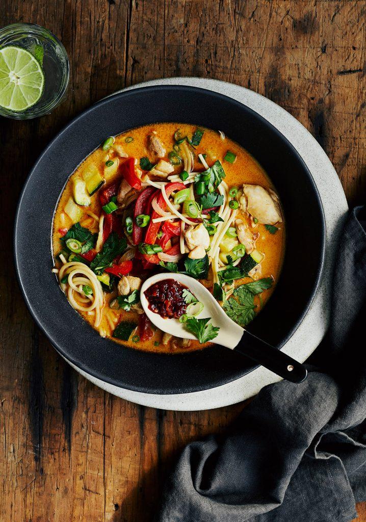 Soupe-repas au poulet, aux légumes, à la courge & au coco
