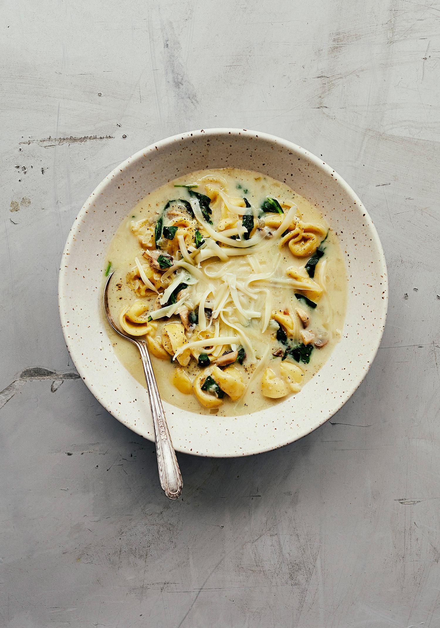 Soupe aux tortellinis, aux champignons & aux épinards
