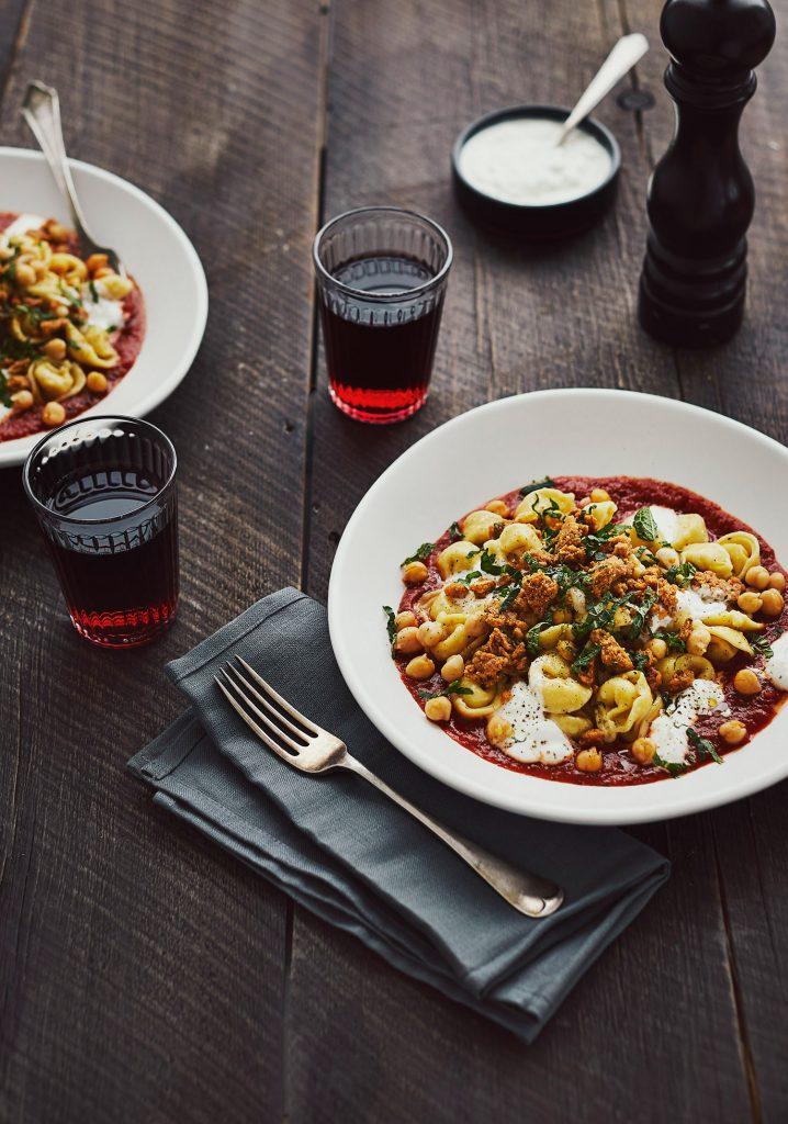 Tortellinis, sauce tomate, yogourt, menthe & crumble aux épices